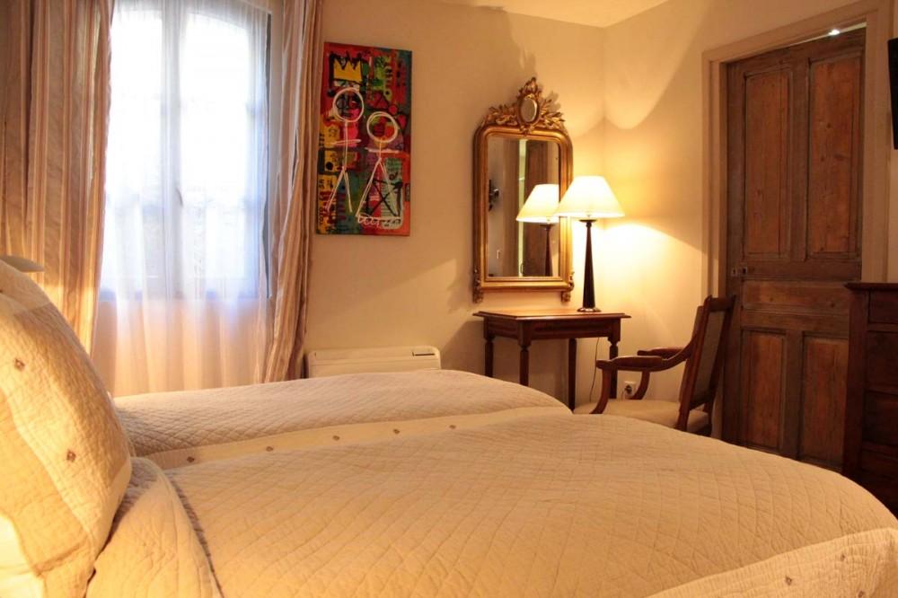 chambre 2 lits simples hostellerie proven ale restaurant la parenth se uz s gard. Black Bedroom Furniture Sets. Home Design Ideas