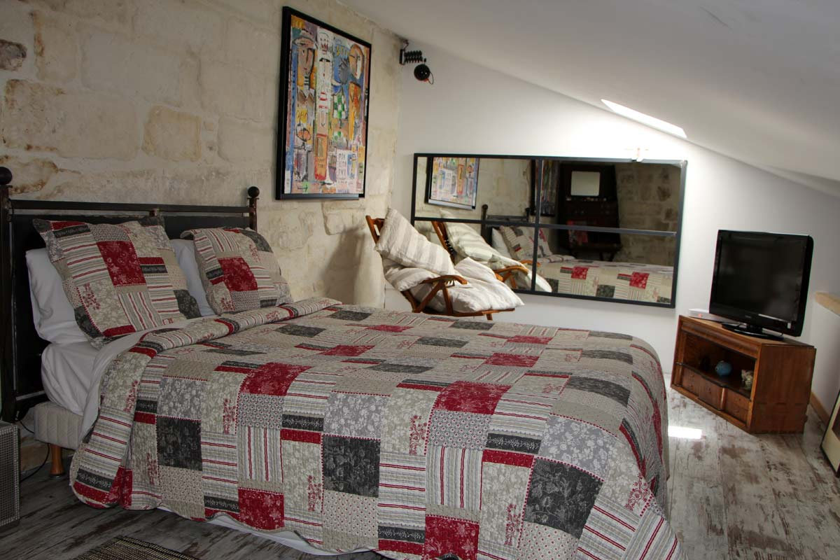 Chambres hotes chambre lit double 3 hostellerie for Uzes chambre d hotes