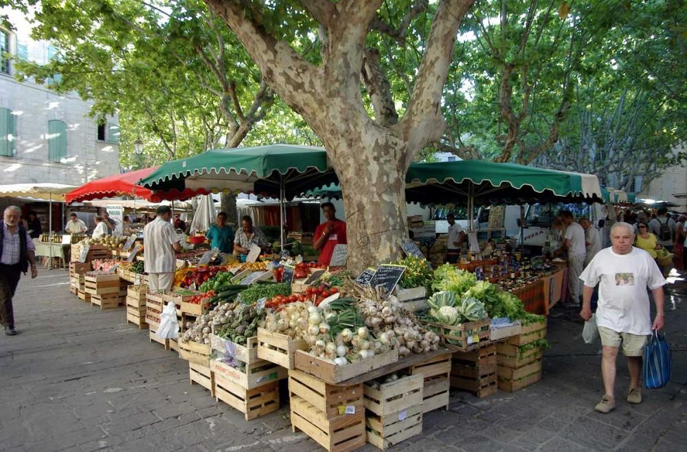 Le marché de la place aux herbes à Uzès